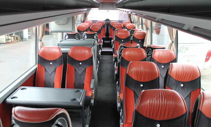 Bus mit Tischgruppen